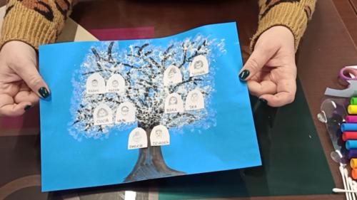 Dzień 9. Z wizytą u babci i dziadka - Zimowe drzewo, tworzymy prezenty.png